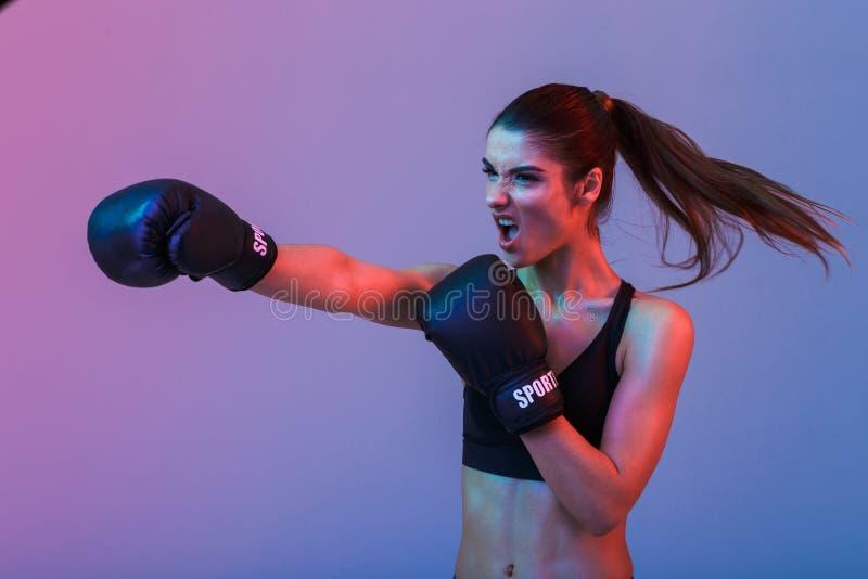 Foto de la mujer resulta 20s en ropa de deportes y el boxeo negro fotografía de archivo