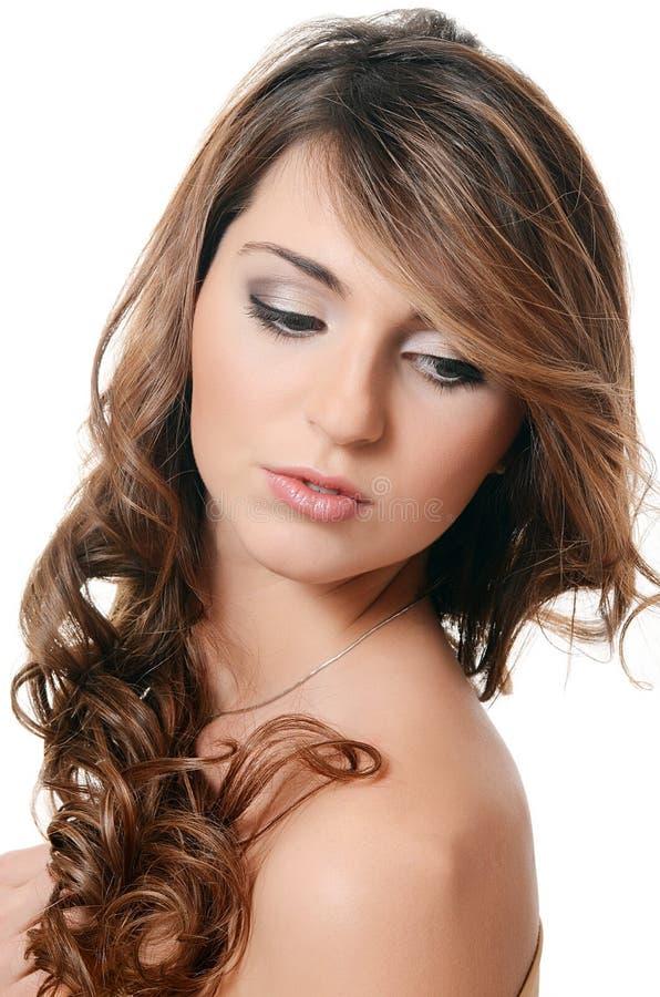 Foto de la mujer sensual hermosa con hair.isolated largo en el fondo blanco imagen de archivo