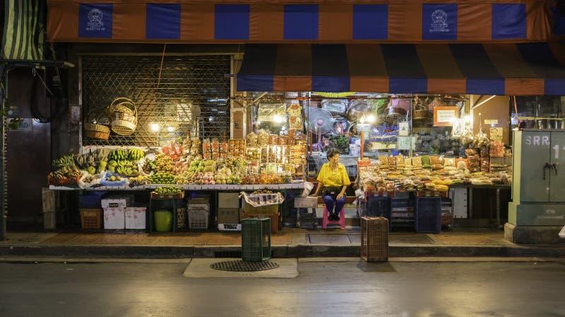 Foto de la noche para el frutero que vende muchos tipos de fruta en el camino de Yaowarat de la ciudad de China, la calle princip foto de archivo libre de regalías