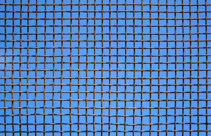 Foto de la pared de acero de la malla en fondo del cielo foto de archivo libre de regalías