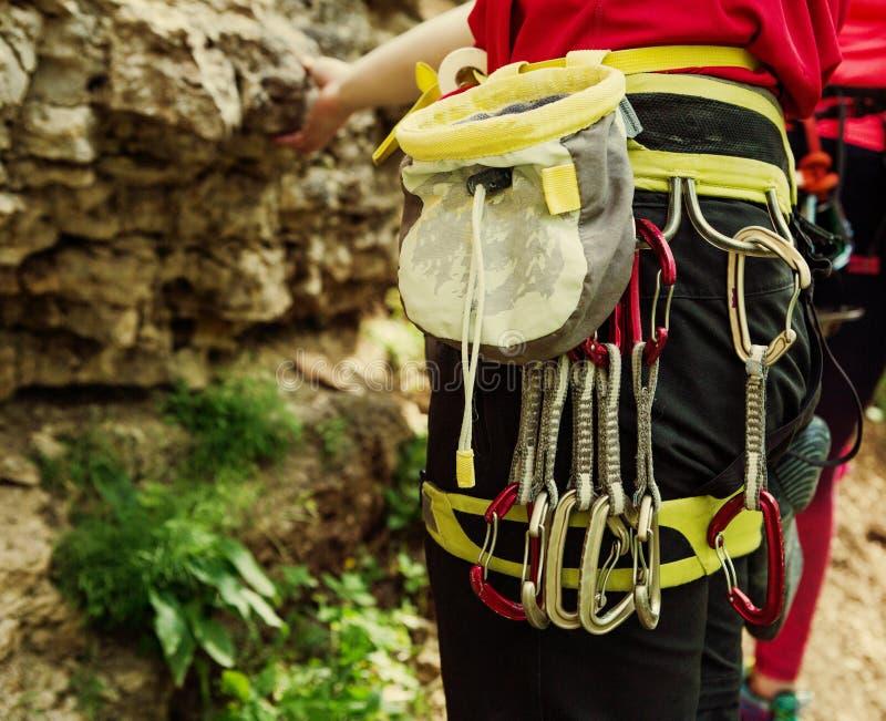 Foto de la parte posterior del hombre del atleta con el bolso para el talco, carabinas contra fondo de la montaña fotografía de archivo