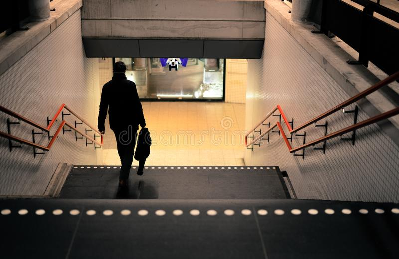 Foto de la persona que va abajo de las escaleras fotografía de archivo