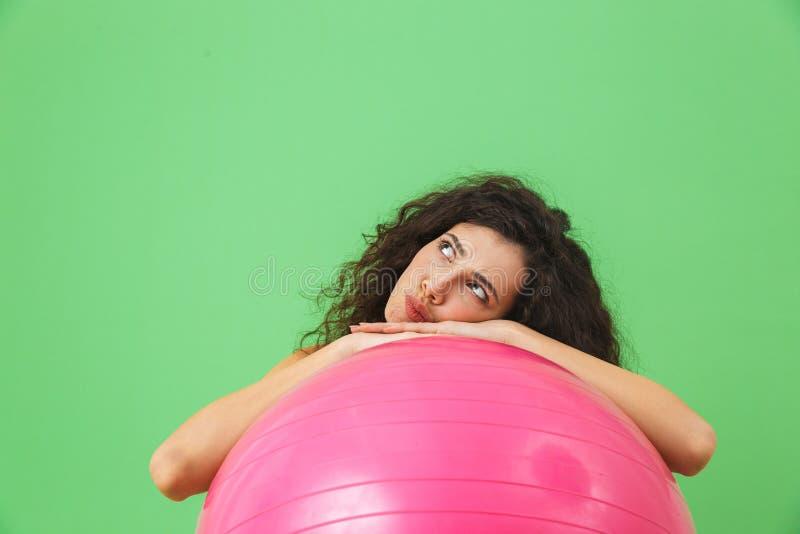 Foto de la ropa europea del verano de la mujer que lleva 20s que hace ejercicios con la bola de la aptitud durante aeróbicos imágenes de archivo libres de regalías