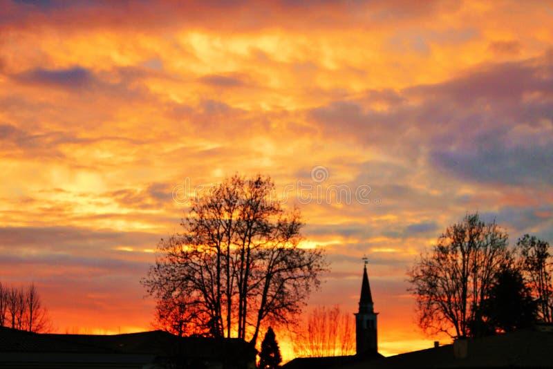 foto de la salida del sol detrás de un campanario, Mogliano admitido foto Véneto, Italia imagen de archivo libre de regalías