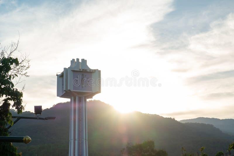Foto de la silueta de la torre de reloj fotos de archivo