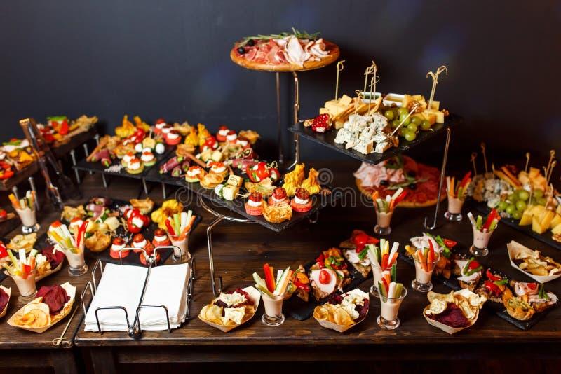 Foto de la tabla de buffet con bocados fotos de archivo libres de regalías