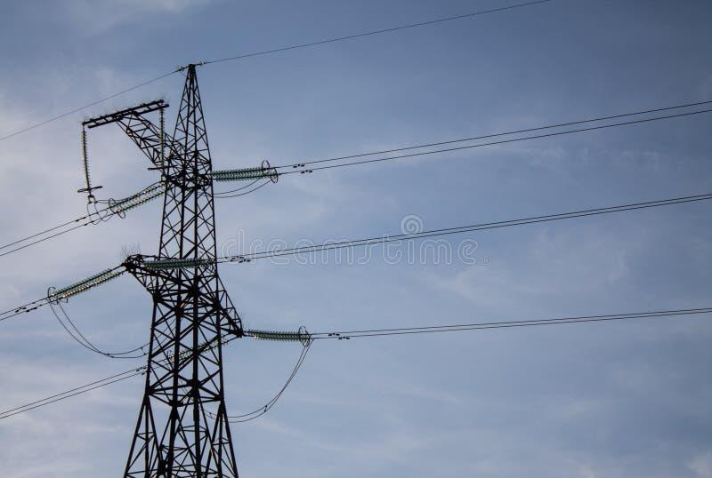 Foto de la torre de la transmisión de poder Pilar de alto voltaje en fondo del cielo azul foto de archivo libre de regalías