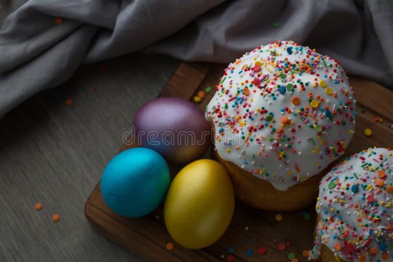 Foto de la torta y de los huevos de Pascua Kulich ruso y ucraniano tradicional de la torta de Pascua y huevos pintados fotografía de archivo libre de regalías