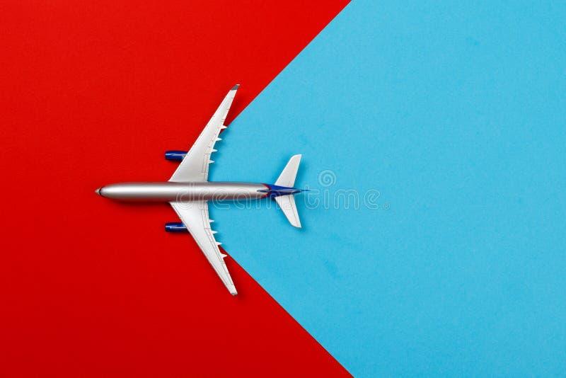 Foto de la visión superior del aeroplano del juguete sobre fondo del color concepto del recorrido fotografía de archivo