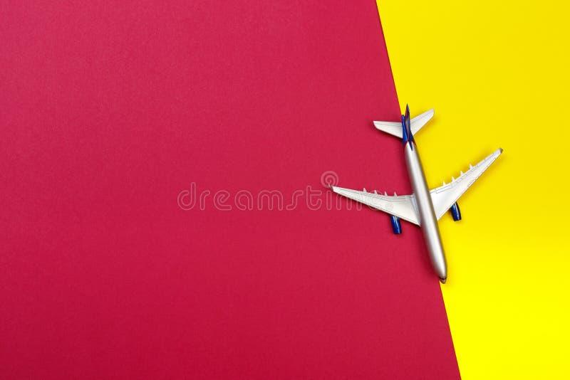 Foto de la visión superior del aeroplano del juguete sobre fondo del color concepto del recorrido foto de archivo