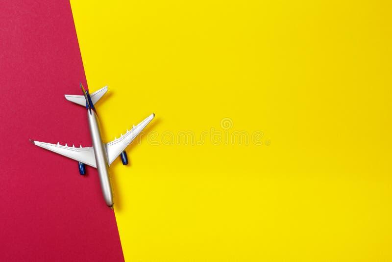 Foto de la visión superior del aeroplano del juguete sobre fondo del color concepto del recorrido foto de archivo libre de regalías