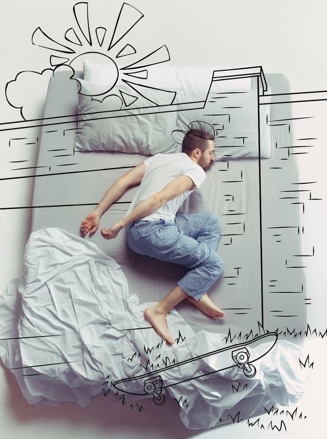 Foto de la visión superior del hombre joven que duerme en una cama blanca grande y sus sueños imágenes de archivo libres de regalías