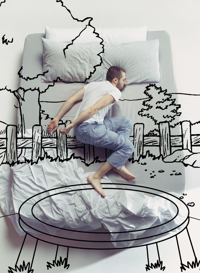 Foto de la visión superior del hombre joven que duerme en una cama blanca grande y sus sueños fotos de archivo