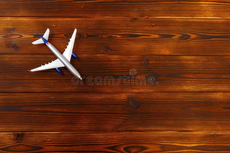 foto de la visi?n superior del aeroplano del juguete sobre fondo de madera fotografía de archivo libre de regalías
