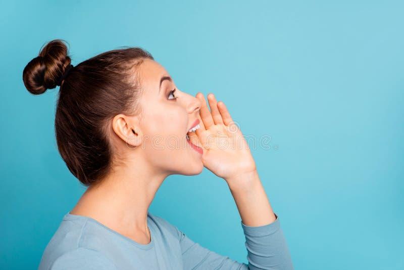 Foto de la vista lateral del perfil de la mano ruidosa del lugar de las novedades de los anuncios del grito adolescente enrrollad foto de archivo libre de regalías