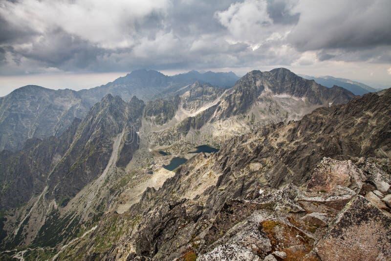 Foto de lagos bonitos em montanhas altas de Tatra, Eslováquia, Europa fotos de stock