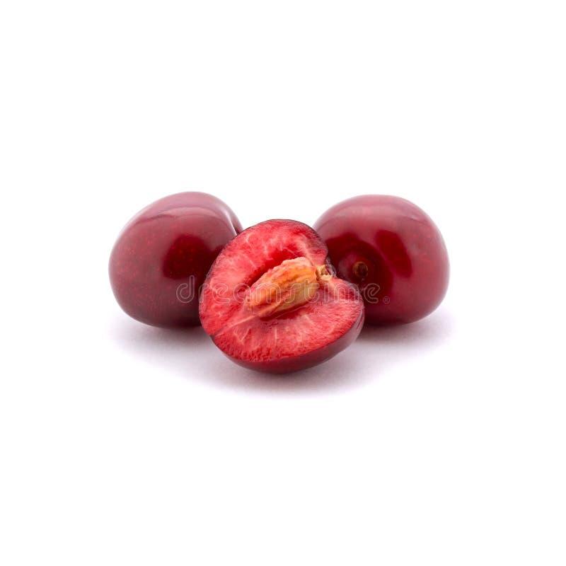 Foto de las cerezas rojas aisladas en el fondo blanco imagen de archivo