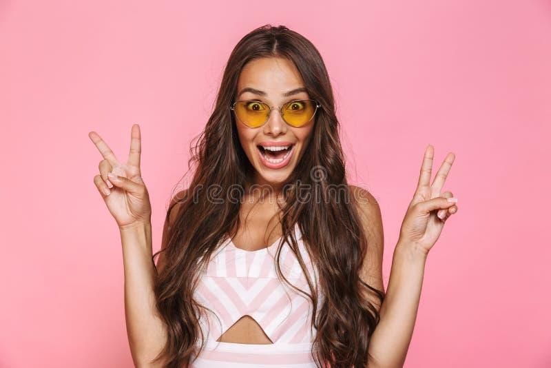 Foto de las gafas de sol que llevan elegantes de la mujer 20s que disfrutan con el sur imagen de archivo libre de regalías