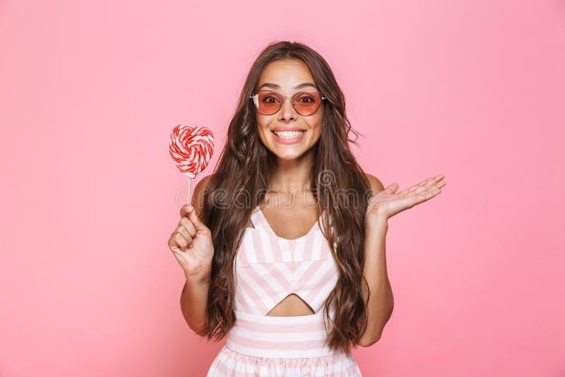 Foto de las gafas de sol que llevan europeas de la mujer 20s que ríen y sostenerse fotos de archivo libres de regalías