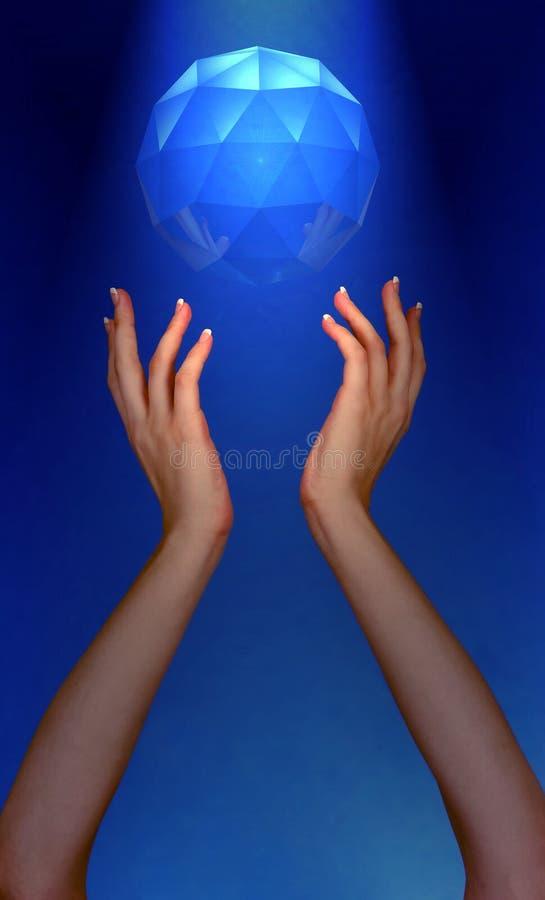 Foto de las manos de Womans que alcanzan para la joya que flota en cielo foto de archivo libre de regalías