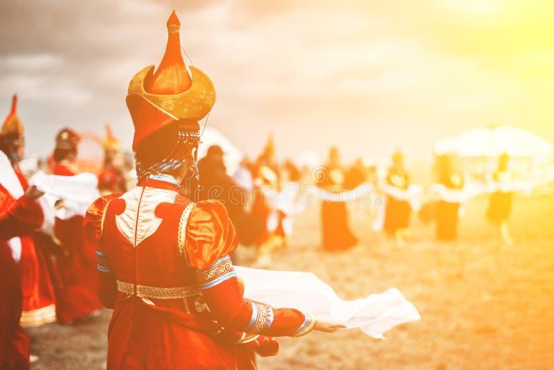 Foto de las mujeres hermosas jovenes que llevan en vestidos kalmykian mongoles nacionales tradicionales en el festival imágenes de archivo libres de regalías