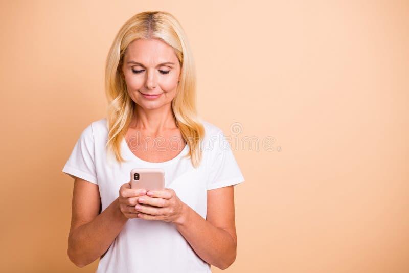 Foto de los amigos de los seguidores del instagram del reloj del teléfono del control de las manos de la señora llevar beige en c imagen de archivo