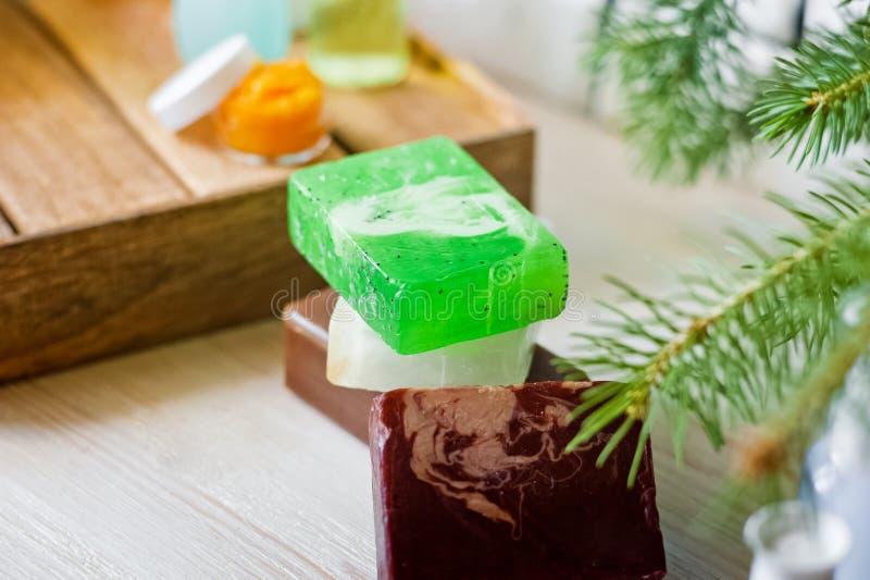 Foto de los cuartos de baño, tratamientos del balneario Botellas transparentes, lufa, pedazos de jabón, sales de baño, velas como foto de archivo libre de regalías