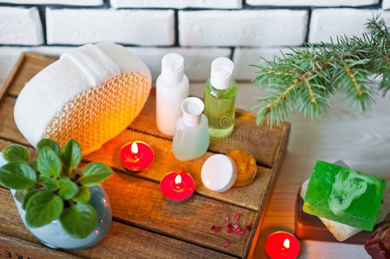 Foto de los cuartos de baño, tratamientos del balneario Botellas transparentes, lufa, pedazos de jabón, sales de baño, velas como imagen de archivo