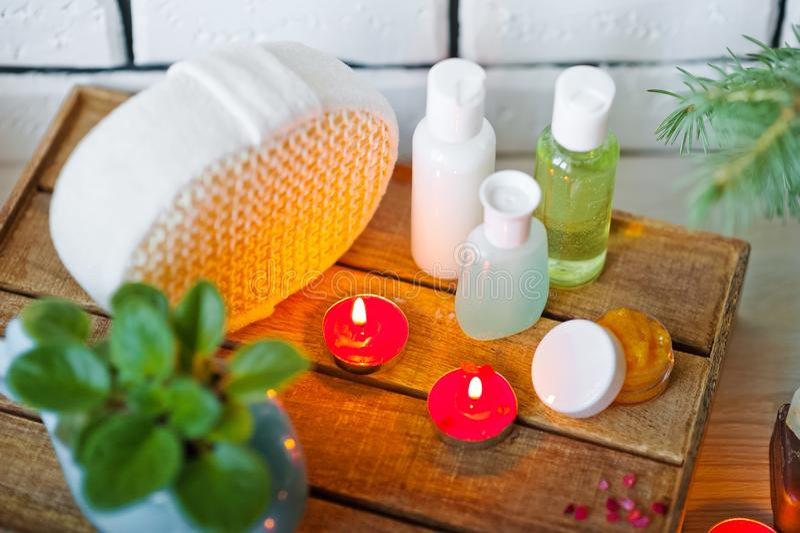 Foto de los cuartos de baño, tratamientos del balneario Botellas transparentes, lufa, pedazos de jabón, sales de baño, velas como imagen de archivo libre de regalías
