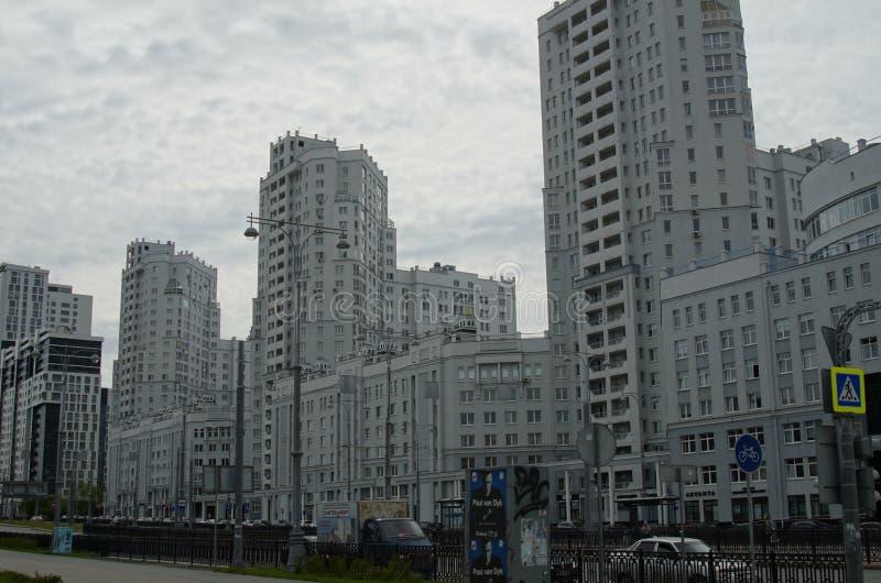 Foto de los fragmentos de nuevos edificios en la calle Tatishchev fotografía de archivo