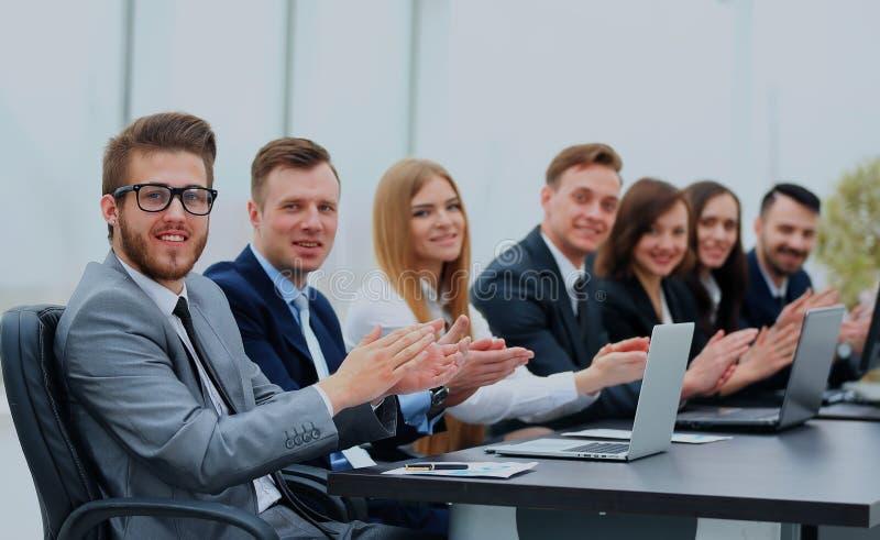 Foto de los hombres de negocios felices que aplauden en la conferencia fotografía de archivo