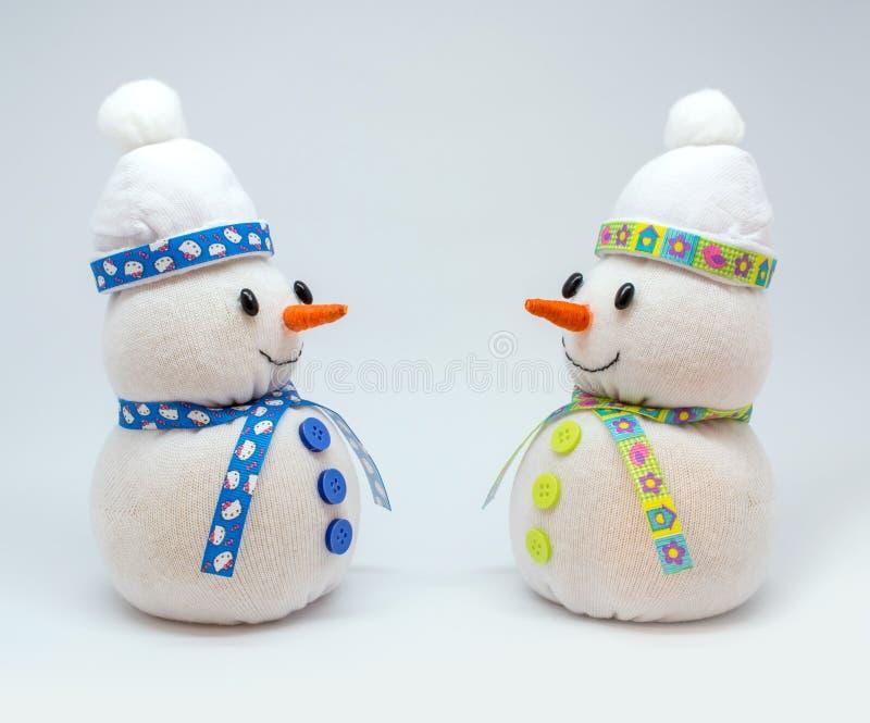 Foto de los snowmans aislados en fondo neutral fotografía de archivo