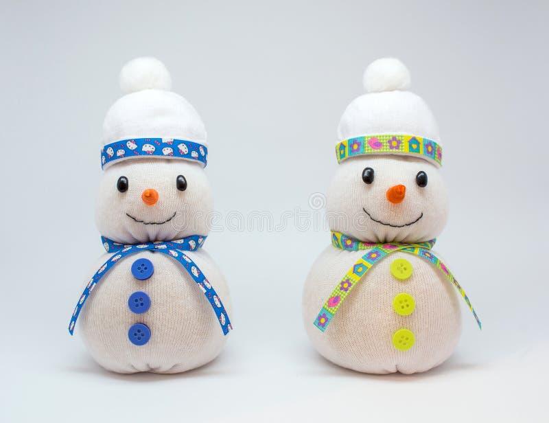 Foto de los snowmans aislados en fondo neutral imagen de archivo
