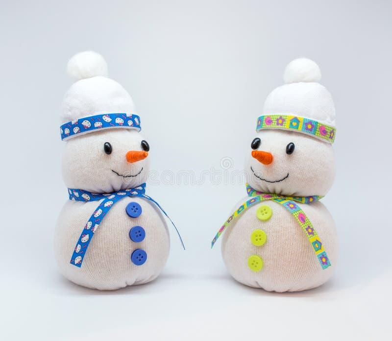 Foto de los snowmans aislados en fondo neutral foto de archivo