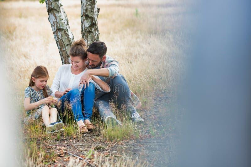 Foto de Loving family juntos en un parque, campo o bosque imagenes de archivo