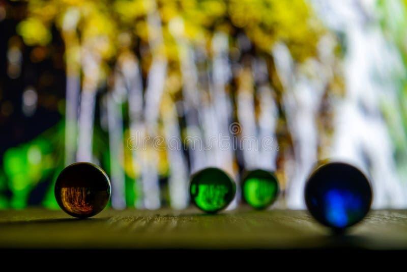 Foto de muchas bolas de cristal en el tablero de madera en fondo borroso imagen de archivo libre de regalías