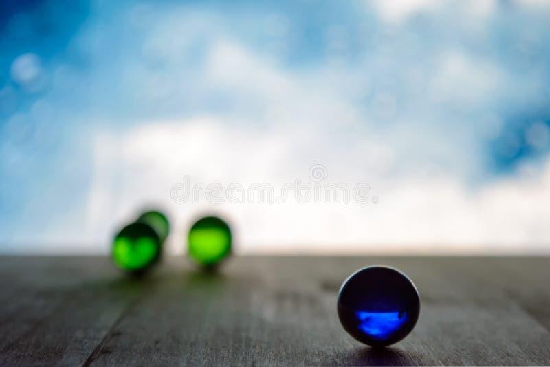 Foto de muchas bolas de cristal en el tablero de madera en fondo borroso fotos de archivo