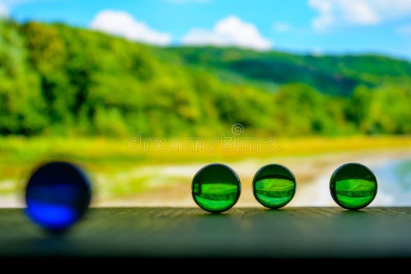Foto de muchas bolas de cristal en el tablero de madera en fondo borroso fotografía de archivo libre de regalías