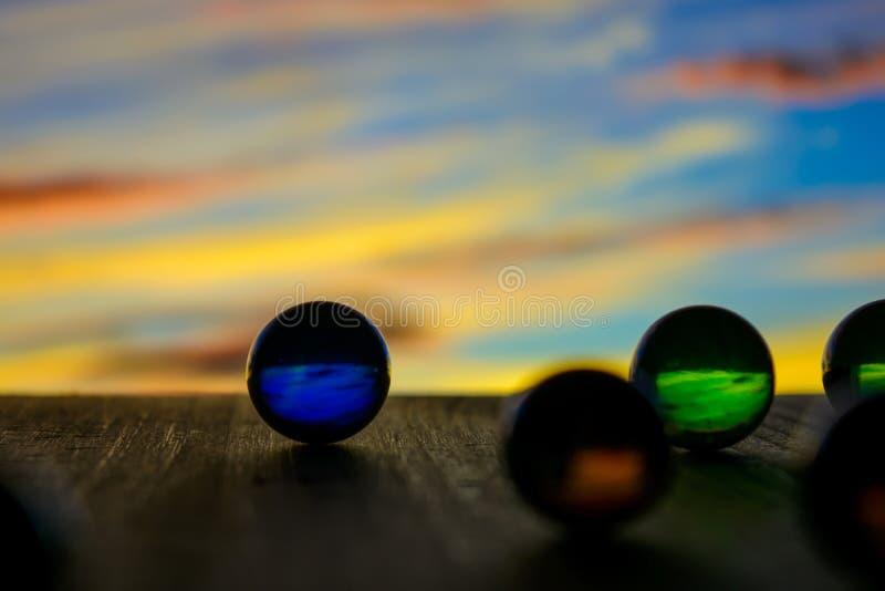 Foto de muchas bolas de cristal en el tablero de madera en fondo borroso imagenes de archivo
