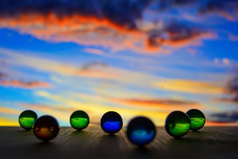 Foto de muchas bolas de cristal en el tablero de madera en fondo borroso imagen de archivo
