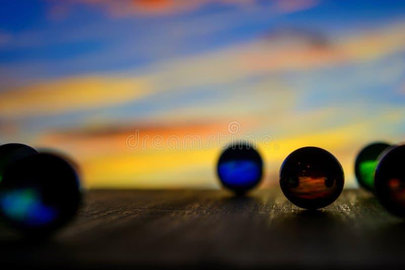 Foto de muchas bolas de cristal en el tablero de madera en fondo borroso foto de archivo libre de regalías