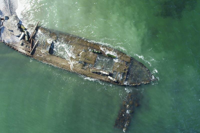 Foto de overblijfselen van een oud houten schip stock foto