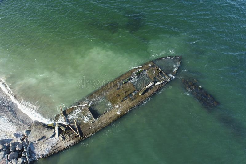 Foto de overblijfselen van een oud houten schip stock foto's