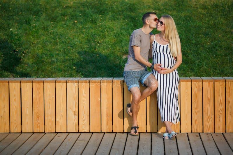 Foto de pares de amor cerca de la cerca de madera fotos de archivo libres de regalías