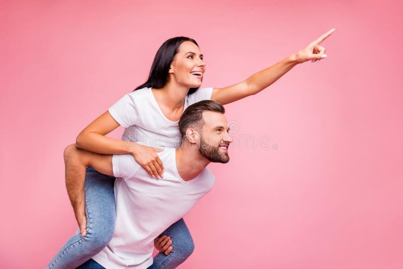 Foto de pares que disfrutan alegres con la novia que señala en la estrella el caer para que su hombre la vea también mientras que foto de archivo