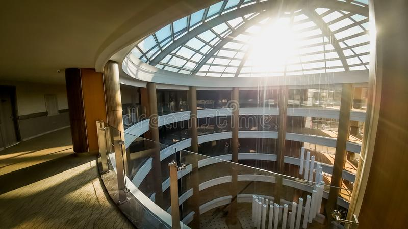 Foto de pasillos largos y del tejado de cristal hermoso en el edificio de oficinas o el hotel moderno Sun que brilla a trav?s del imagenes de archivo