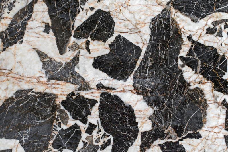 Foto de pedra da textura do fundo da rocha do pegmatite do gabro com bla fotografia de stock
