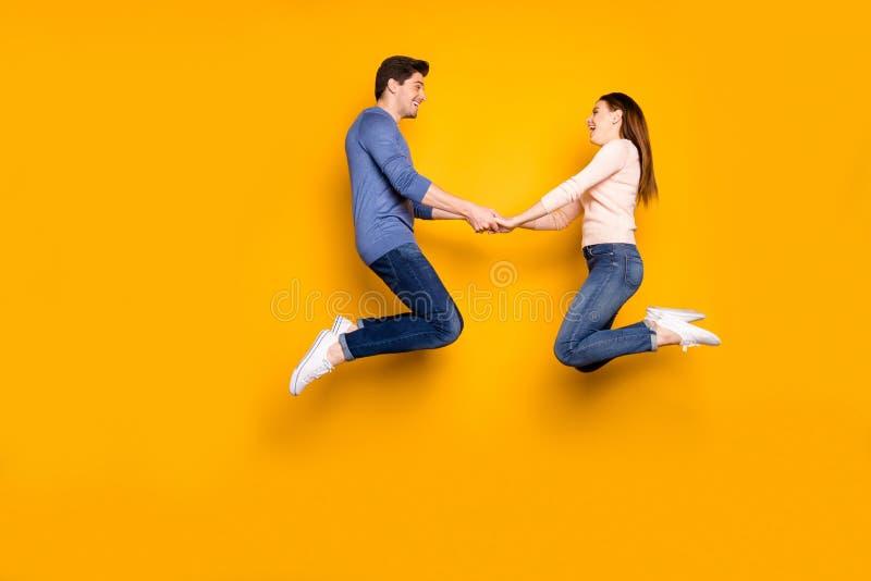Foto de perfil completo de dos estudiantes cómicos casados gente casada saltar relajarse descansar cogerse sentir regocijo las em fotos de archivo
