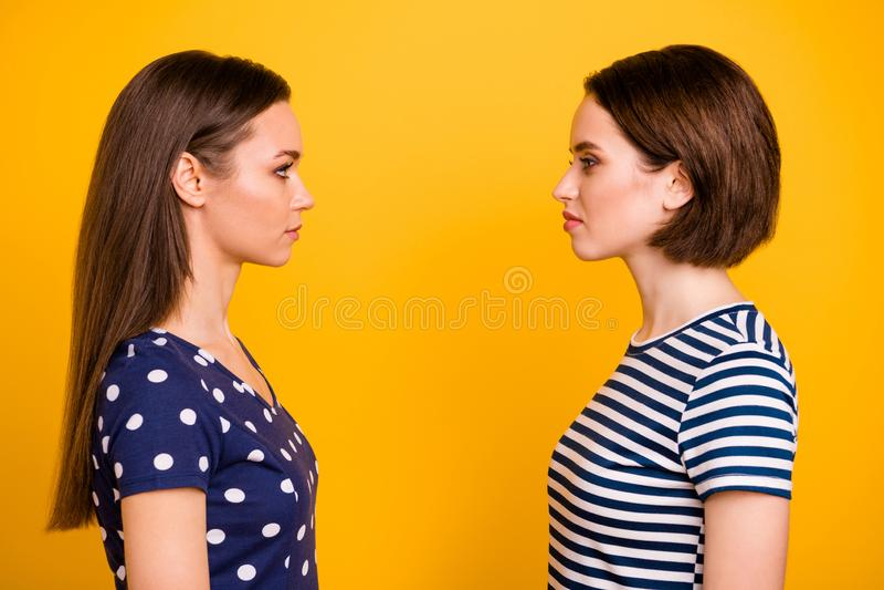 Foto de perfil de duas mulheres maravilhosas em frente se odeiam decidindo quem é melhor usar pontilhado casual e imagem de stock