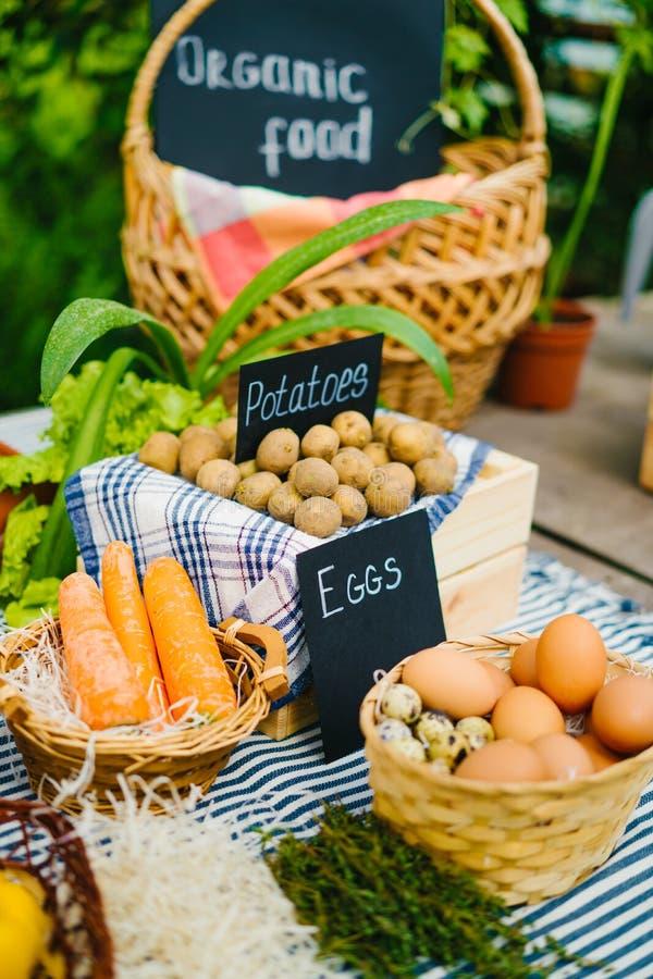 Foto de perto de alimentos biológicos saudáveis e frescos no mercado agrícola imagens de stock royalty free